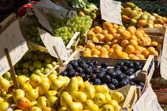 Fruitdozen met pruimen en perziken Royalty-vrije Stock Foto