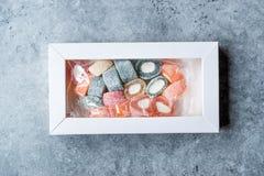 Fruitig Turks die Verrukkingsbroodje in de Doos/de Container of het Pakket van Pastic wordt gevormd stock afbeelding