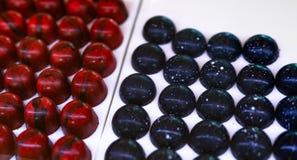 Fruitige die framboos ganache met donkere chocolade en donker chocoladecentrum met een laag wordt bedekt met cognac ganache Ondie royalty-vrije stock foto
