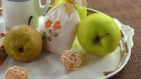 Fruitige ontbijt en cake op een witte plaat stock footage