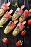 Fruitijs op een stok van aardbei, kiwi en bosbessen met mi royalty-vrije stock afbeelding