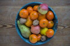 Fruitkom met een houten achtergrond Stock Afbeeldingen
