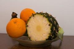 Fruitkom op een lijst Royalty-vrije Stock Fotografie