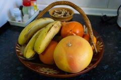 Fruitkom, zoutvaatje en kruiden stock afbeeldingen