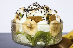 Fruitkop met bananenkiwi en koekjes Stock Fotografie