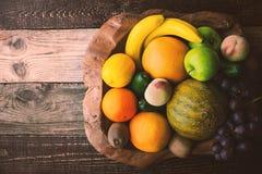 Fruitmengeling op de houten horizontale kom hoogste mening Stock Foto's