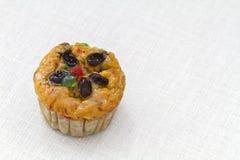 Fruitmuffin op wit tafelkleed Royalty-vrije Stock Afbeelding