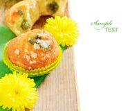 Fruitmuffins met kleine gele bloemen op de lijst Royalty-vrije Stock Afbeelding