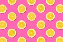 Fruitpatroon van citroenplakken op een pastelkleur roze achtergrond royalty-vrije stock afbeelding