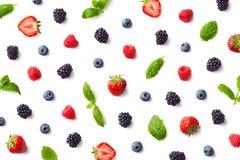Fruitpatroon van kleurrijke bessen en muntbladeren royalty-vrije stock afbeeldingen