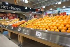 Fruitplanken bij Coles supermarkt Stock Fotografie