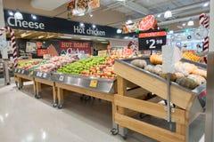 Fruitplanken bij Coles supermarkt Royalty-vrije Stock Afbeeldingen