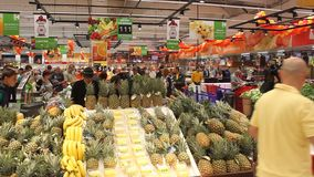 Fruitrayon - ananas bij hypermarket Carrefour a Royalty-vrije Stock Afbeelding