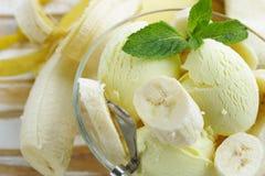 Fruitroomijs met verse banaan Stock Foto's