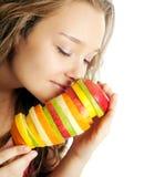 fruits счастливый детеныш женщины портрета удерживания Стоковые Фотографии RF