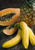 fruits тропическо Бананы, папапайя и ананас стоковое изображение