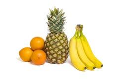 Fruits, ananas, oranges saines et bananes d'isolement sur le whi Photos libres de droits