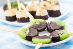 Fruits avec du chocolat sur un bâton images stock