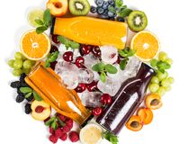 Fruits, baies et rangée délicieuse de jus de fruit frais Images libres de droits
