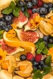 Fruits colorés réglés sur un gâteau photographie stock libre de droits