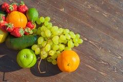 Fruits colorés sur le bois brun dans la lumière naturelle Image stock