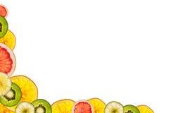 Fruits coupés en tranches mélangés d'isolement sur le fond blanc de retour lumineux As Photographie stock libre de droits