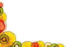 Fruits coupés en tranches mélangés d'isolement sur le fond blanc de retour lumineux As Photo stock