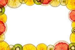 Fruits coupés en tranches mélangés d'isolement sur le fond blanc de retour lumineux As Photos libres de droits