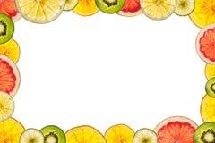 Fruits coupés en tranches mélangés d'isolement sur le fond blanc de retour lumineux As Photos stock