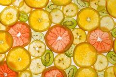 Fruits coupés en tranches par transparent sur le fond blanc photo libre de droits
