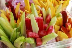 Fruits coupés en tranches sur une cuvette Photos libres de droits
