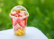 Fruits coupés en tranches dans la tasse Image libre de droits