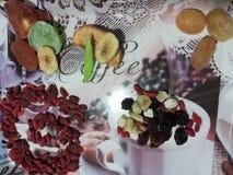 Fruits déshydratés dans le plateau de deco images libres de droits