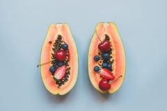 Fruits d'été Baies et papaye juteuses fraîches sur le fond bleu, vue supérieure photographie stock