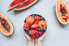 Fruits d'été Baies, pastèque et papaye juteuses fraîches sur le fond bleu, vue supérieure photos libres de droits