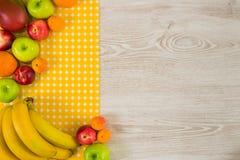 Fruits d'été sur le fond en bois blanc photo stock