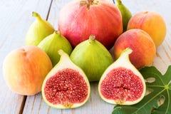 Fruits d'automne sur le fond en bois photographie stock