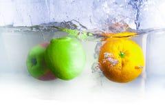 Fruits dans l'eau Photo libre de droits