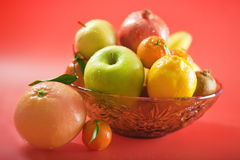 Fruits dans la cuvette en verre Photo stock