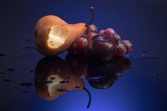 Fruits dans le bleu photographie stock