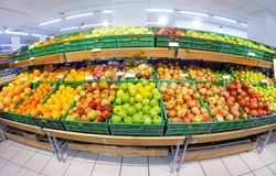 fruits dans le magasin images libres de droits