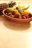 Fruits dans le panier Photo stock