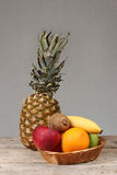 Fruits dans le panier Photos stock
