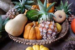 Fruits dans le panier Photos stock