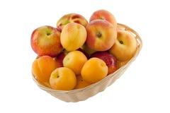 Fruits dans le panier avec le chemin de découpage fabriqué à la main Image libre de droits