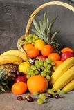 Fruits dans un panier Photo libre de droits