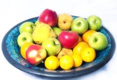 Fruits dans une cuvette Image stock