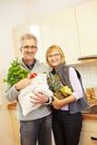 Fruits de achat de couples aînés Photographie stock
