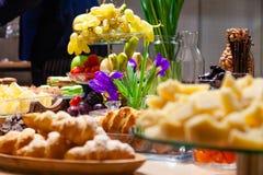 Fruits de casse-croûte de plan rapproché, frais et séché, parmesan de morceaux, nids d'abeilles, chocolat foncé, bâtons de cannel photos stock