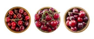 Fruits de cerise avec la cuvette sur un blanc Ensemble de cerises La configuration rouge fraîche de cerises sur le blanc a isolé  Image stock